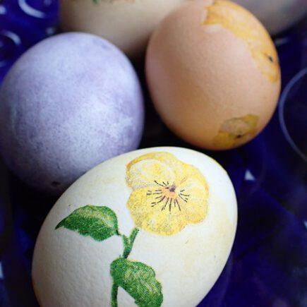 servettitekniikalla koristeltu kananmuna